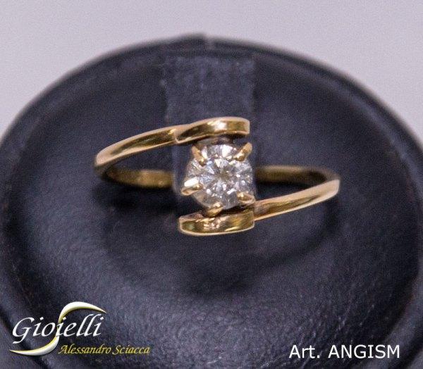 Anello solitario in oro giallo con diamante centrale