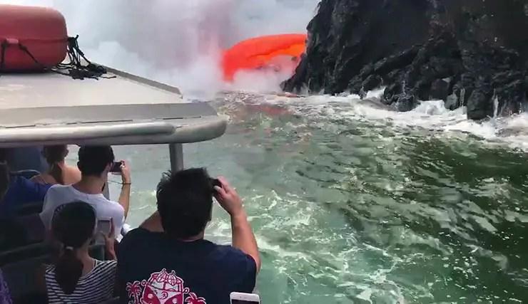 Tour no Havaí leva turistas pra ver de perto lava de vulcão tocar o mar (Reprodução Vídeo/Cortesia SeeLava.com)