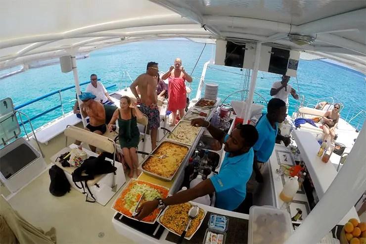 Passeio de catamarã em Barbados, Caribe (Foto: Esse Mundo É Nosso)