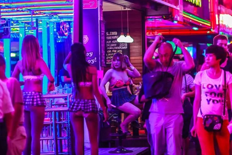 Soi Cowboy em Bangkok (Foto via Shutterstock)