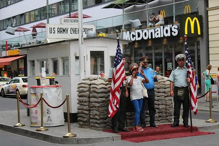 Onde ver o Muro de Berlim - Checkpoint Charlie (Foto: Esse Mundo É Nosso)