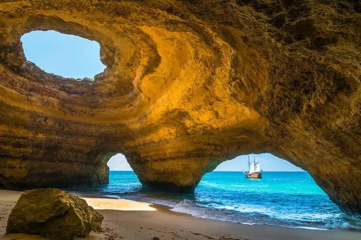Melhores praias do Algarve, Portugal - Praia de Benagil (Foto via Shutterstock)