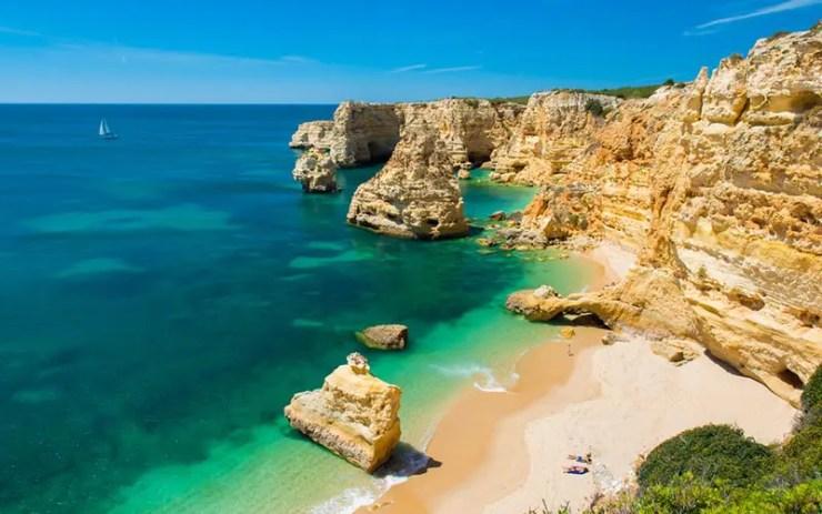 Roteiro no Algarve, Portugal - Praia da Marinha (Foto via Shutterstock)