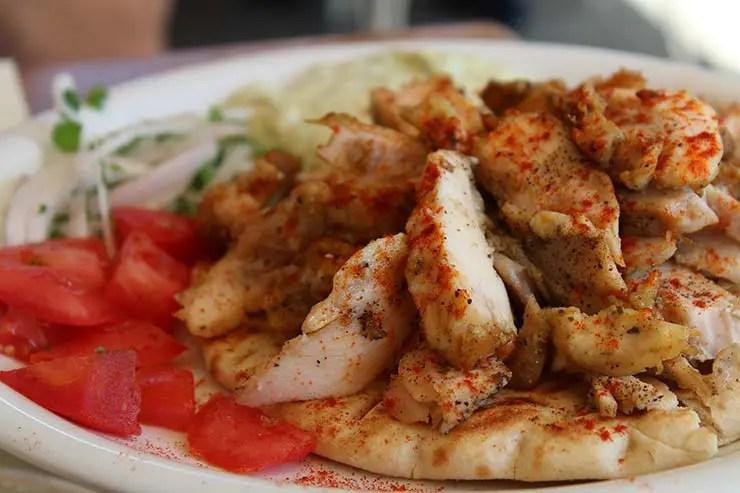 Típicos pratos gregos - Souvlaki (Foto: Esse Mundo É Nosso)