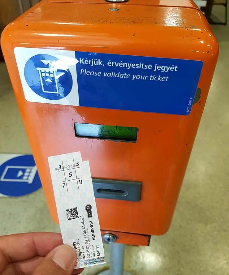 Dicas de Budapeste, Hungria - Caixa para validar bilhetes no transporte (Foto: Esse Mundo É Nosso)