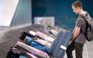 Bolsonaro veta bagagem gratuita em voos (Por fizkes via Shutterstock)