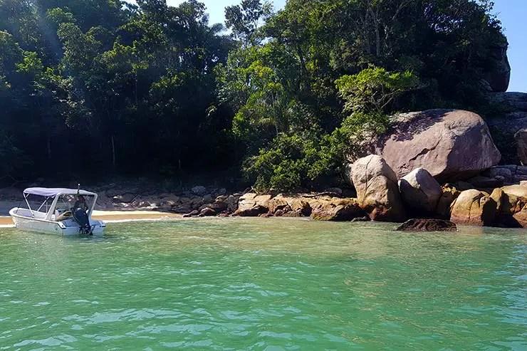 Lanchas na Praia do Caxadaço em Ilha Grade (Foto: Esse Mundo É Nosso)