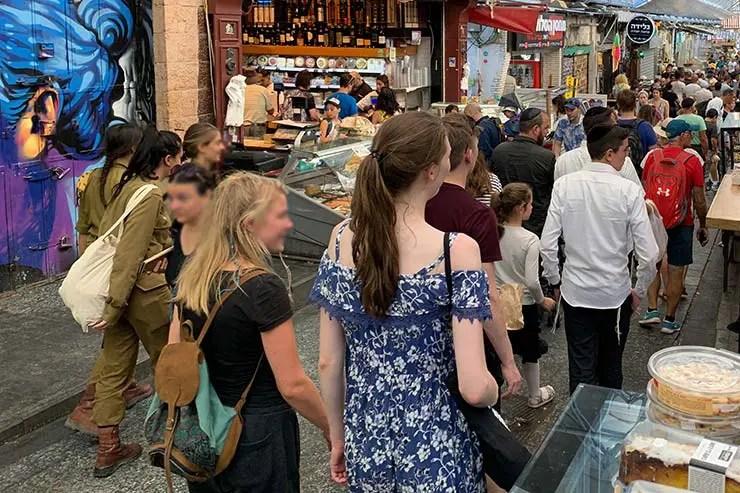 É seguro viajar pra Israel? Soldadas em mercado de Jerusalém