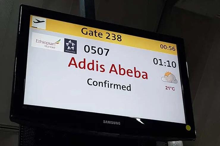 Painel sinaliza voo pra Adis Abeba em Guarulhos (Foto: Esse Mundo É Nosso)