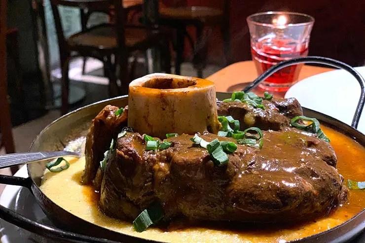 Ossobuco com polenta no restaurante Perón Perón em Buenos Aires (Foto: Esse Mundo é Nosso)