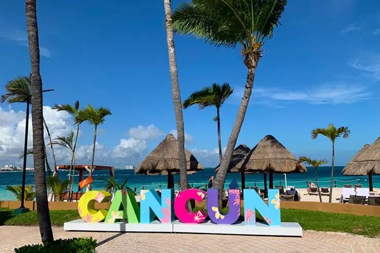Placa escrito Cancún em uma praia na cidade (Foto: Esse Mundo é Nosso)