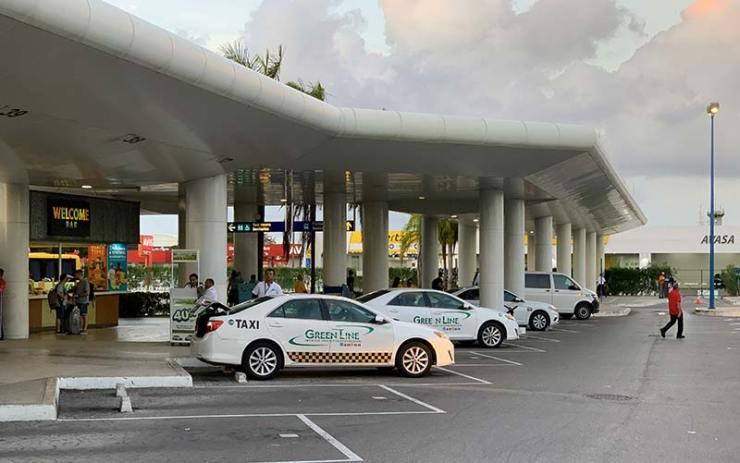 Táxis no aeroporto de Cancún (Foto: Esse Mundo É Nosso)