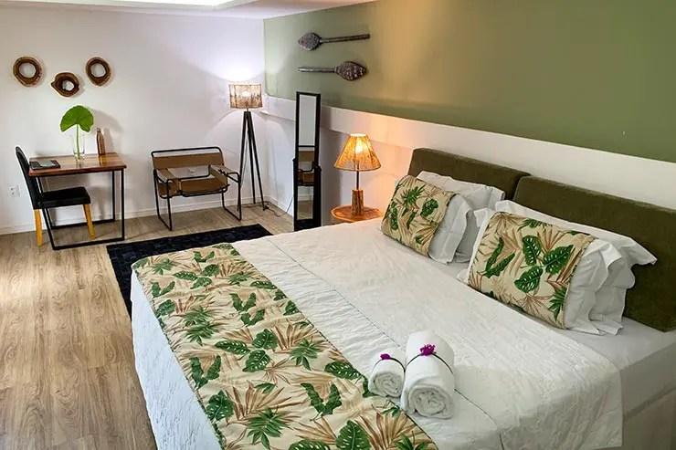Quarto do Dolphin Hotel em Noronha com cama confortável (Foto: Esse Mundo é Nosso)