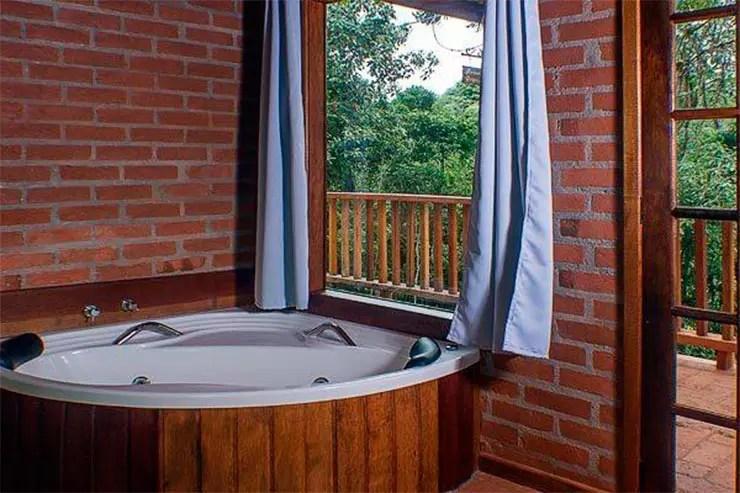 Onde ficar em Santo Antônio do Pinhal: Quarto com banheira da pousada Recanto do Pico (Foto: Reprodução/Booking)