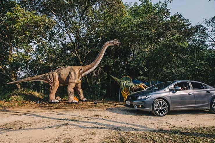 Dinossauro se aproxima do carro no Parque Burle Marx