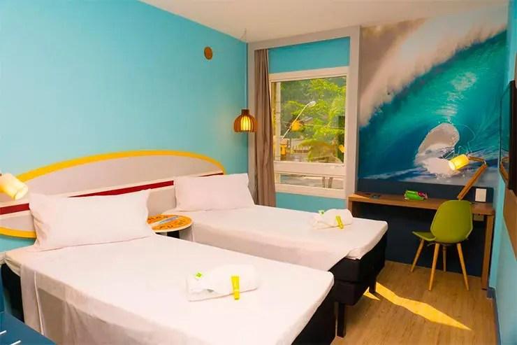 Onde se hospedar no Guarujá:: Quarto com decoração moderna do Ibis Styles (Foto: Reprodução/Booking)