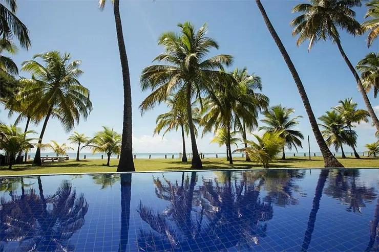 Pousadas na Praia dos Carneiros: Piscina de frente para a praia da Paraíso dos Carneiros (Foto: Reprodução/Booking)