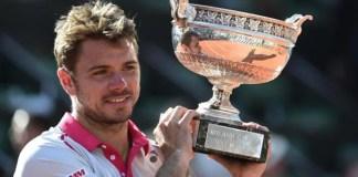 Wawrinka poses with thr Roland Garros trophy after defeating Djokovic