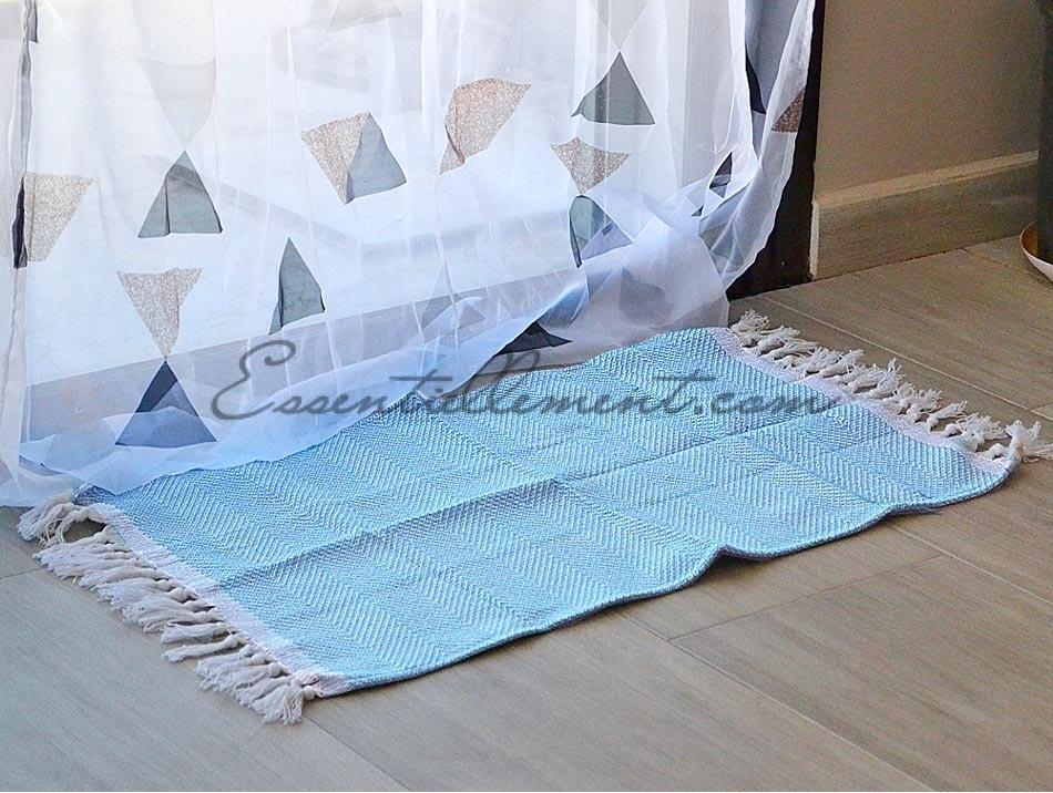 tapis bain entree bleu ciel a franges en fouta
