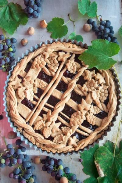 Crostata con confettura d'uva fragola e frolla alle nocciole