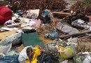 Lixo descartado irregularmente pela população ocupa quadra inteira de rua no Bairro Anhanguera, em Praia Grande
