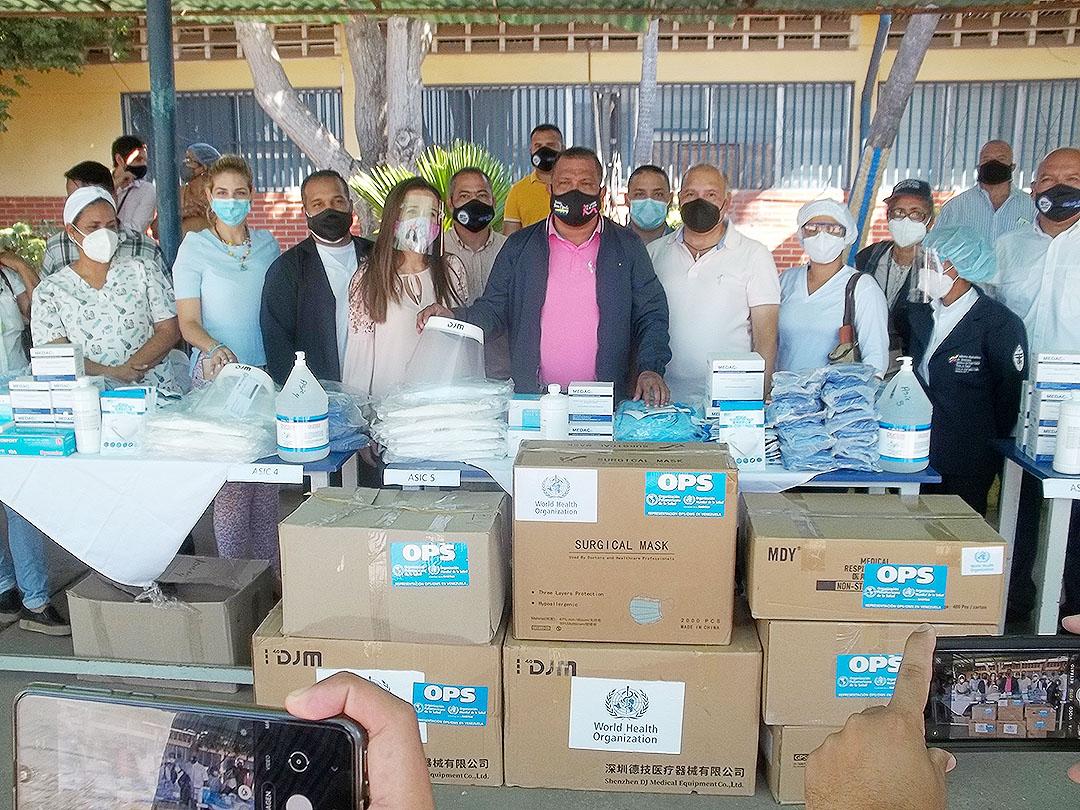 El gobernador Alfredo Díaz y el director regional de Salud, Elesbán Gómez, entregaron dotación a las ASIC´s