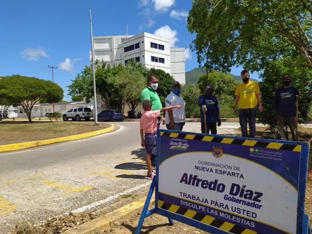 Las cuadrillas Azules realizaron jornadas de desmalezado, barrido en la vía y la sede del Poder Ejecutivo donde demarcaron el estacionamiento