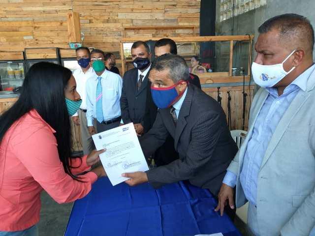 El gobernador Alfredo Díaz entregó la titularidad a docentes y bedeles del municipio Tubores