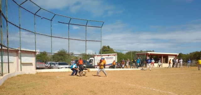 El gobernador Alfredo Díaz ligó un hit en un su primer turno al bate