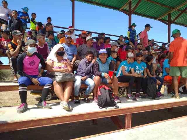El público disfrutó de dos buenos partidos de softbol en masculino y femenino