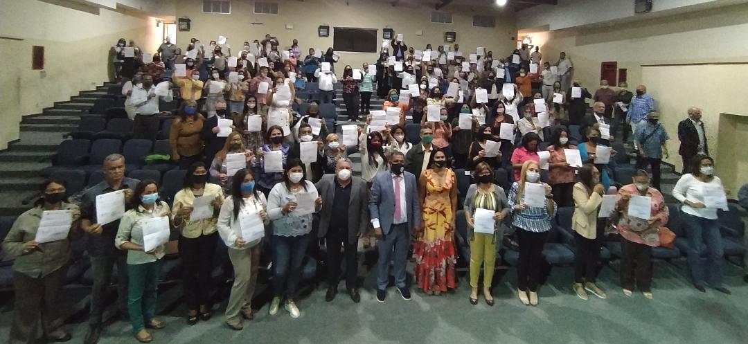 Ejecutivo regional homenajea a docentes con entrega de titularidad y reconocimientos