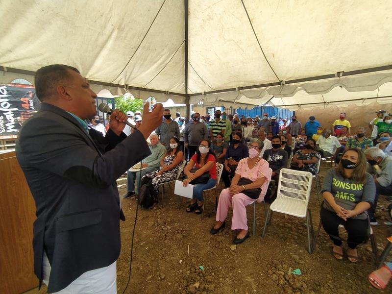 El mandatario regional compartió con las autoridades locales del partido del puñito