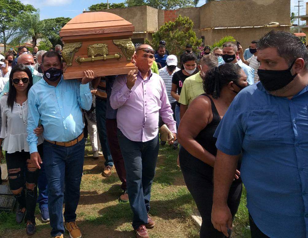 El gobernador Alfredo Díaz cargó en hombres el féretro que contenía los restos de Daniel Hernández