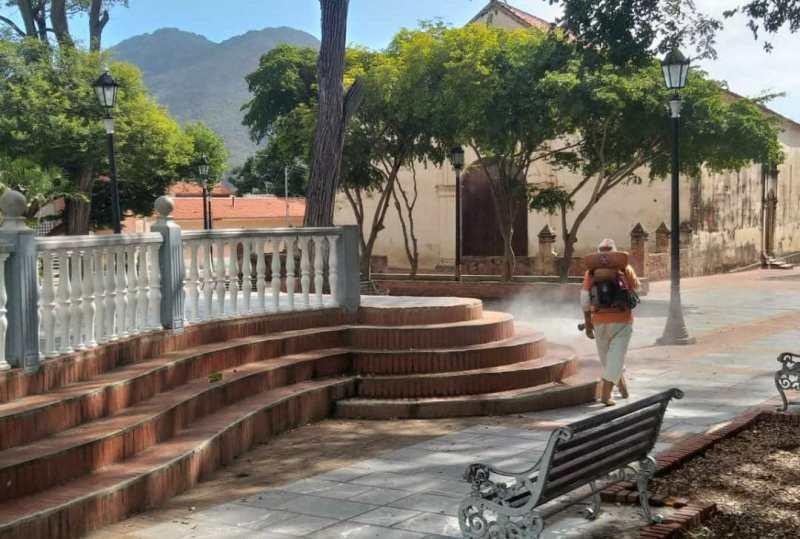 Protección Civil aplica desinfección en espacios públicos del municipio Arismendi