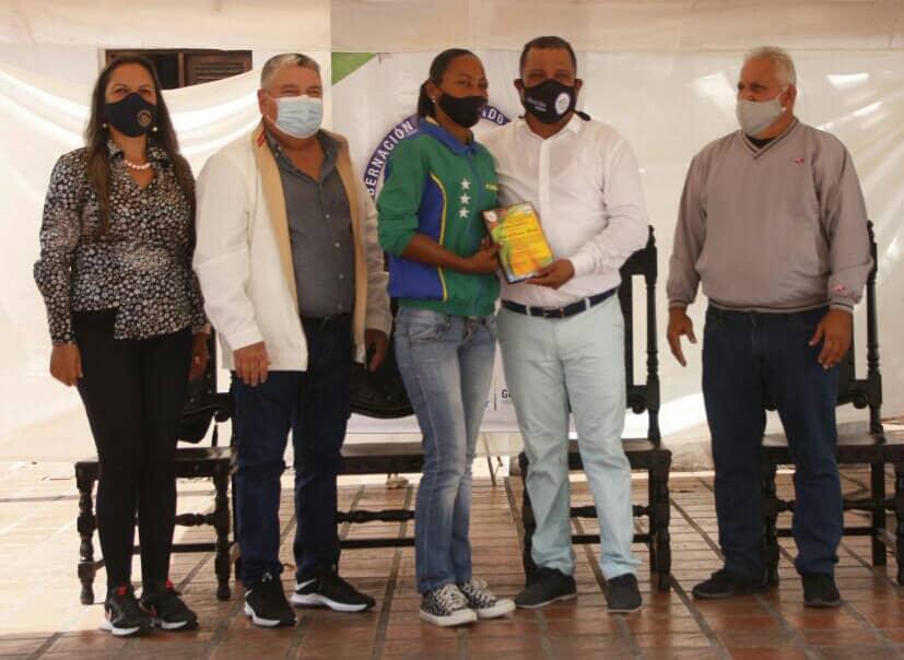 El gobernador del estado, Alfredo Díaz , acompañado del presidente del Instituto de Deportes Aníbal Layo Cedeño y el secretario de gobierno Nicola Penna, entregaron el reconocimiento a Johana Marcano el pasado 11 de enero.