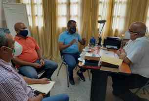 El gobernador Alfredo Díaz reunido con el presbítero Tomas Paz de la parroquia Santísima Trinidad de Los Cocos.