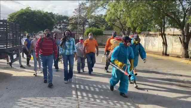 Equipos de Protección Civil llevando a cabo jornadas de desinfección permanente en el sector Conejeros