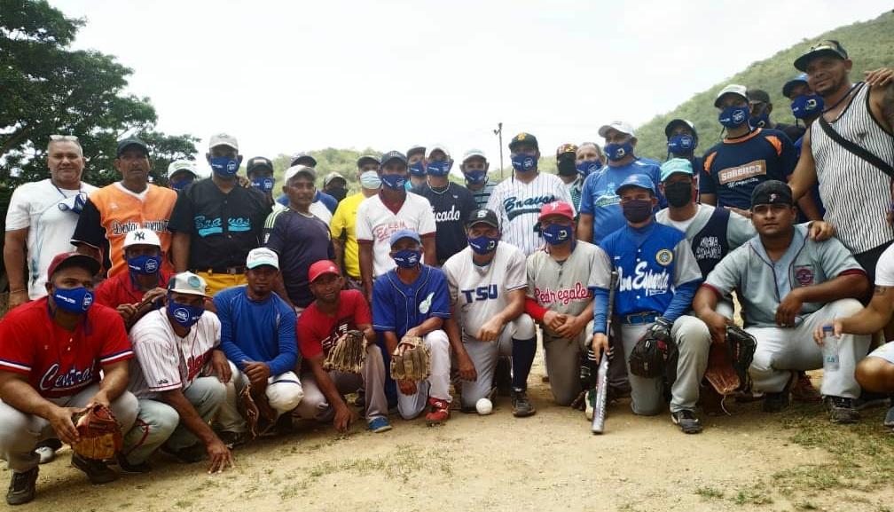 El gobernador Alfredo Díaz y los dos equipos en una muestra que el deporte nos une