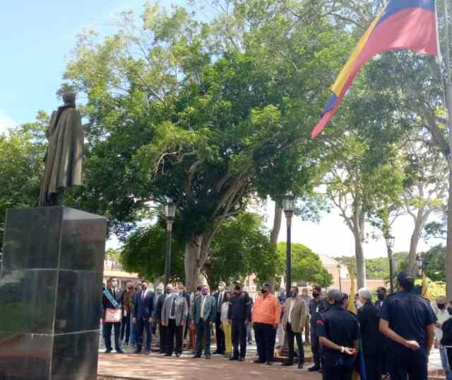 El gobernador Alfredo Díaz y demás miembros del gabinete ejecutivo en los actos centrales de la conmemoración de los 210 años de la Independencia de Venezuela