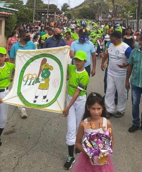 El mandatario regional acompañó el desfile por las calles de Manzanillo