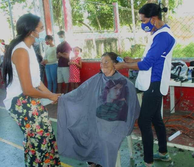 Se ofreció el Desayuno Solidario y cortes de cabello para toda la familia.