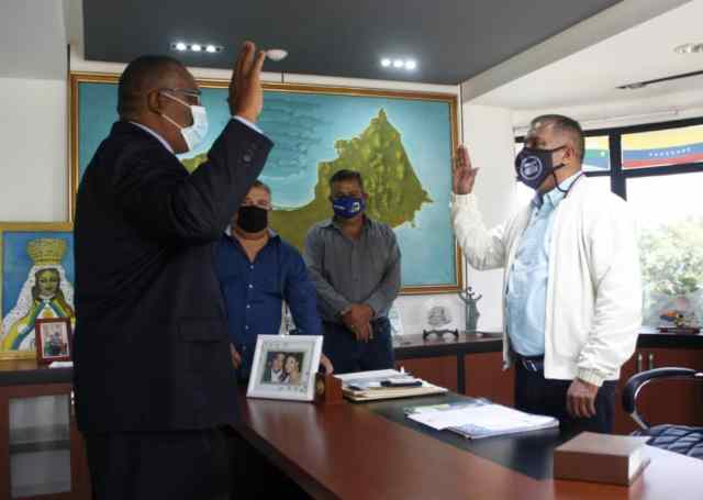 El Gobernador juramenta al nuevo presidente del Iamene.