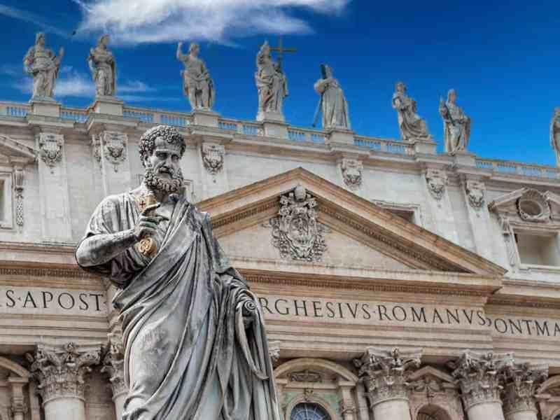 Statua di San Pietro realizzata da Giuseppe De Fabris - Piazza di San Pietro al Vaticano - Basilica di San Pietro in Vaticano