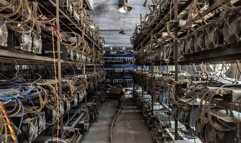 Ordenadores minando bitcoins y ether en una granja de servidores Ether o Bitcoin en Guizhou, China, cortesía Credit Gilles Sabrié para NY Times