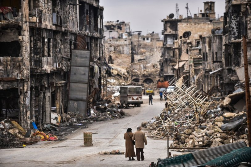 Una pareja de ancianos regresa a la ciudad de Alepo (Siria)