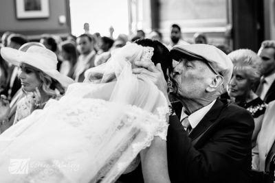 16-Emotionele-knuffel-vader-bruid-tijdens-bruidsreportage-Dordrecht