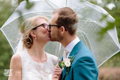 Regen-op-je-bruiloft-bruidsfotograaf-Gouda