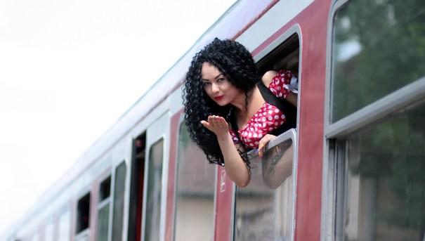 girl-on-train-1381996_1920