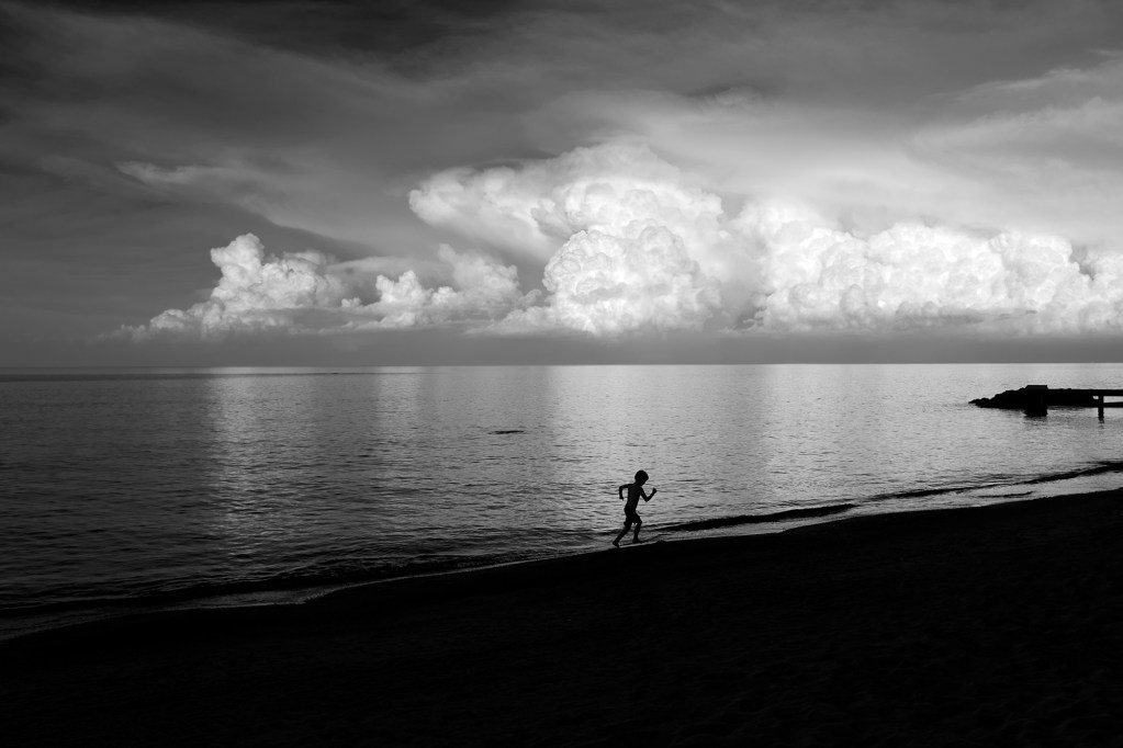 Running_Boy_Winnetka_Beach_©_Dave_Roth