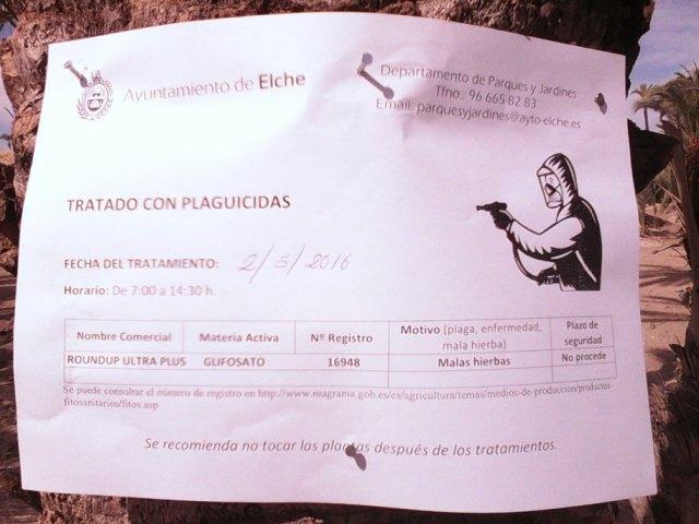 Cartel de aviso de las continuas fumigaciones con herbicida a que es sometido el Palmeral (O. Aldeguer)